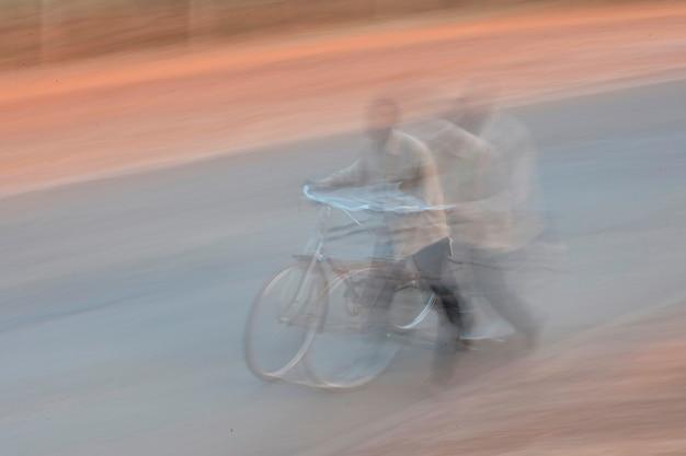 Zamazany obrazek afrykański mężczyzna z bicyklem