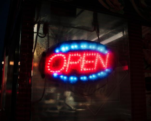 Zamazany otwarty znak w neonowych światłach