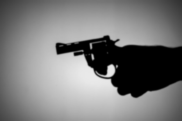Zamazany pistoletem w ręku.