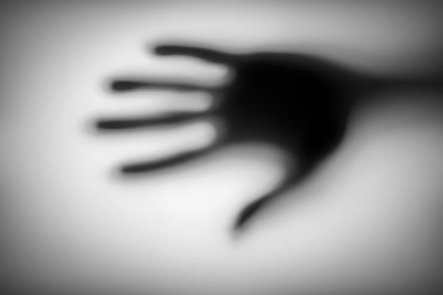 Zamazany ręką za matowym szkłem.