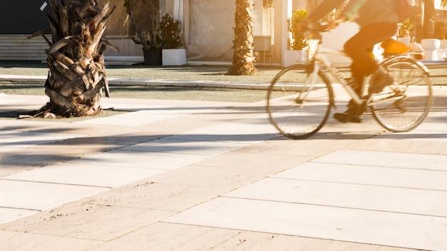 Zamazany ruch osoby jadącej na rowerze w parku