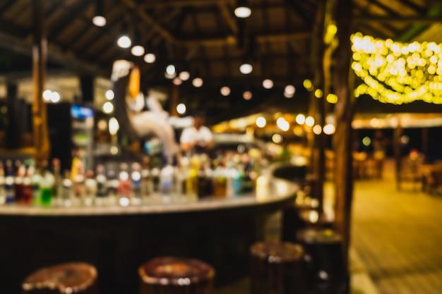 Zamazany tło baru kontuar i barman