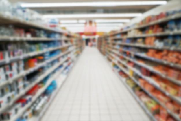 Zamazany widok półek z artykułami spożywczymi w supermarkecie