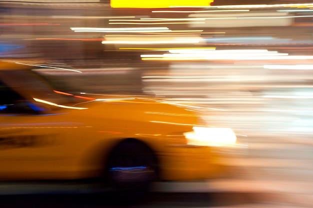 Zamazany wizerunek żółty taxi w manhattan, miasto nowy jork, usa