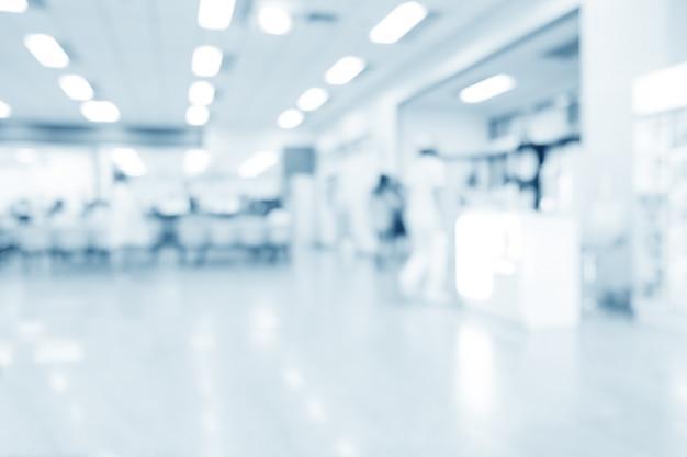Zamazany wnętrze szpital lub kliniczny z ludźmi - abstrakcjonistyczny medyczny tło.