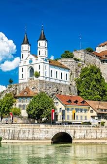 Zamek aarburg i kościół nad rzeką aare w szwajcarii