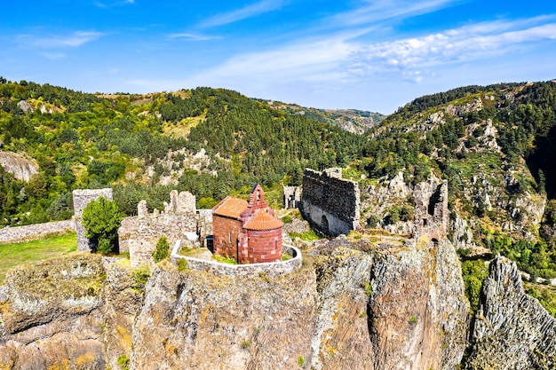 Zamek arlempdes na bazaltowej skale w meandrze loary. górna loara, francja