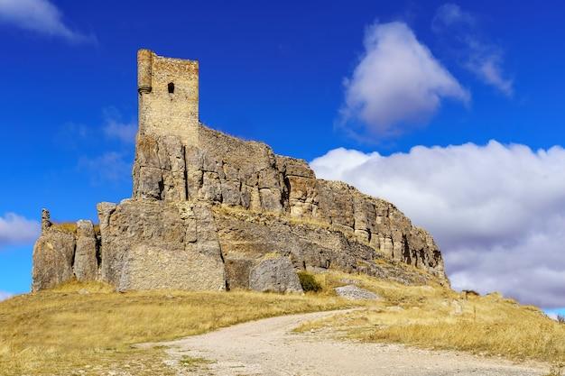 Zamek atienza w guadalajarze, położony na szczycie stromego wzgórza z murami i trudnym dojazdem, twierdza obronna, spektakularny widok z góry. hiszpania.