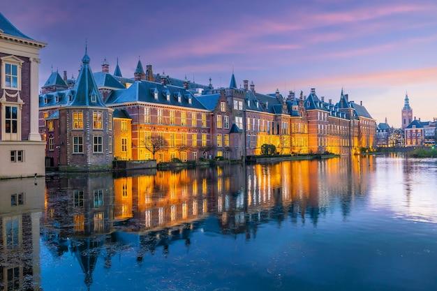 Zamek binnenhof (parlament holenderski) gród panoramę miasta w hadze w holandii o zachodzie słońca