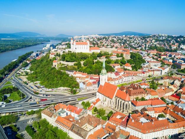 Zamek bratysławski lub bratislavsky hrad and st. martin cathedral z lotu ptaka panoramiczny widok. bratysława to stolica słowacji.