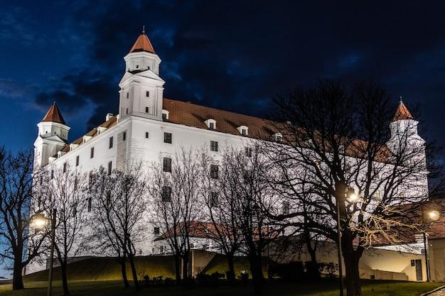 Zamek bratysławski w nocy na słowacji. centralny i najważniejszy zamek w bratysławie