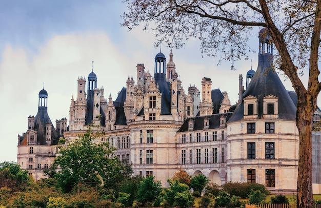 Zamek chambord, arcydzieło architektury renesansowej. słynne zamki w dolinie loary we francji