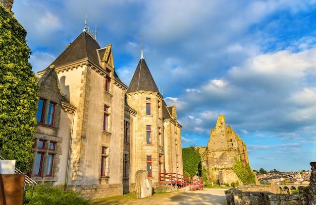 Zamek chateau de bressuire w departamencie deux sevres we francji