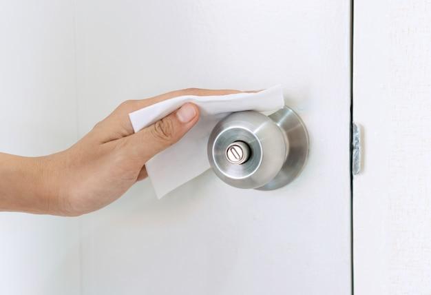Zamek drzwi do czyszczenia ręcznego z dezynfekującą ściereczką na mokro. koncepcja dezynfekcji powierzchni przed bakteriami lub wirusami. ścieśniać