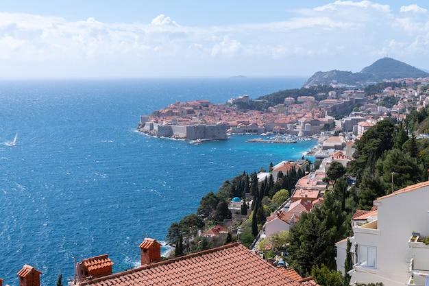Zamek dubrownik otoczony morzem adriatyckim w chorwacji z czystym niebem