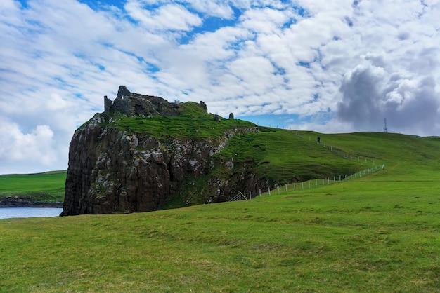 Zamek duntulm , zrujnowany zamek na północnym wybrzeżu trotternish na wyspie skye latem , szkocja