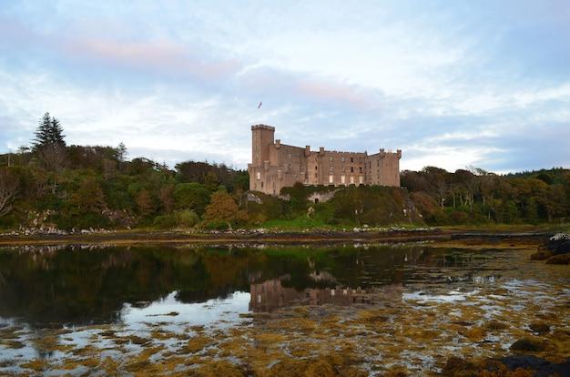 Zamek dunvegan odzwierciedlony w loch dunvegan.
