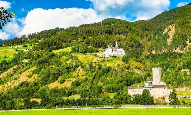 Zamek furstenburg i opactwo marienberg w burgeis - południowy tyrol, włochy