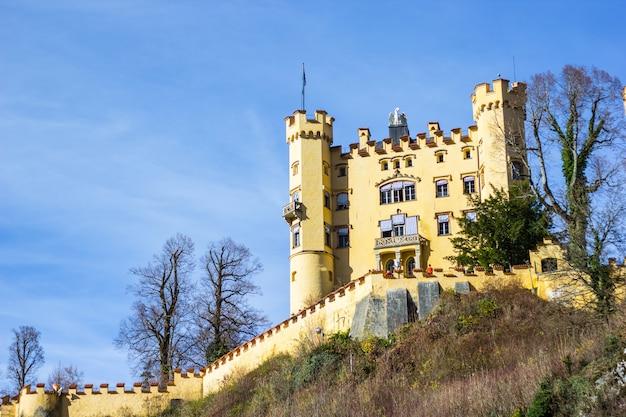 Zamek hohenschwangau z błękitnym niebem w niemczech.