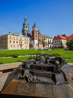 Zamek i katedra w słoneczny letni dzień
