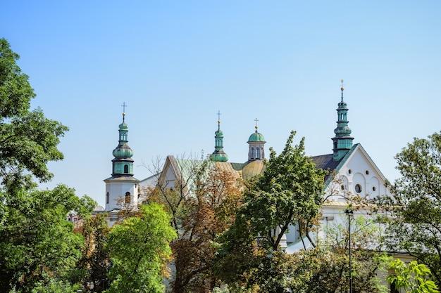 Zamek I Katedra W Słoneczny Letni Dzień Premium Zdjęcia