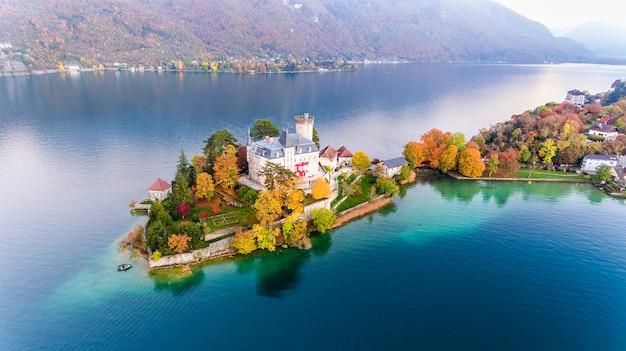 Zamek i las na środku wody w jeziorze w alpach widok z góry