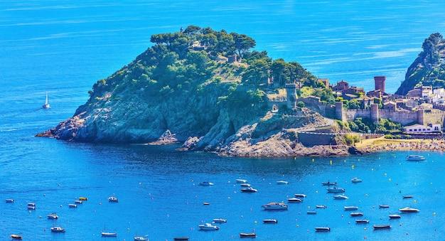 Zamek i twierdza tossa de mar na starym mieście i widoki na morze