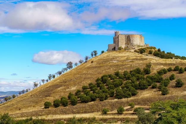 Zamek jadraque w guadalajarze, położony na szczycie stromego wzgórza z murami i trudnym dojazdem, twierdza obronna, spektakularny widok z góry. hiszpania.