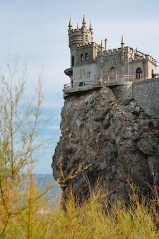 Zamek jaskółcze gniazdo na skale nad morzem czarnym. gasprę. krym
