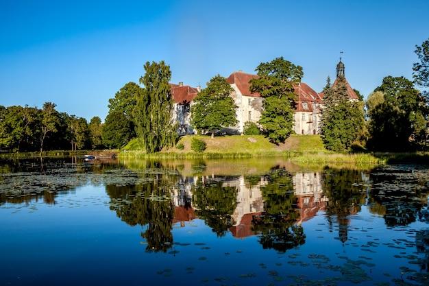 Zamek jaunpils to ufortyfikowany zamek w historycznym regionie zemgale na łotwie