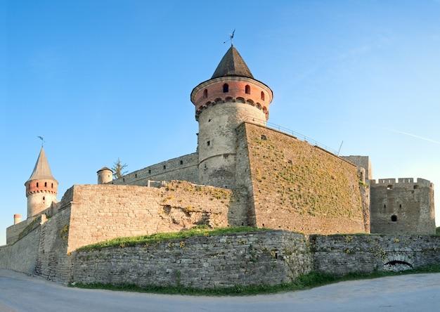 Zamek kamieniec podolski (obwód chmielnicki, ukraina) to dawny polski zamek, który jest jednym z siedmiu cudów ukrainy. zbudowany na początku xiv wieku. trzy zdjęcia ściegu obrazu.