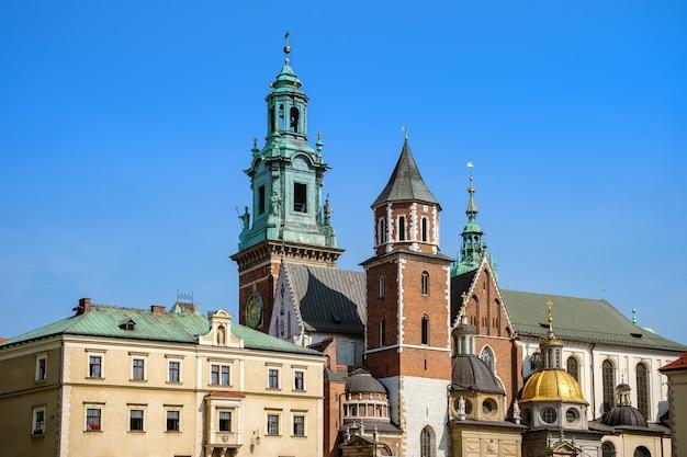 Zamek królewski i katedra w słoneczny letni dzień