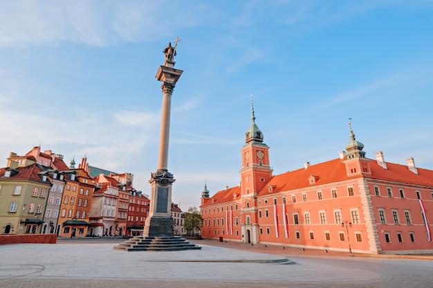 Zamek królewski i kolumna zygmunta na starym mieście w warszawie