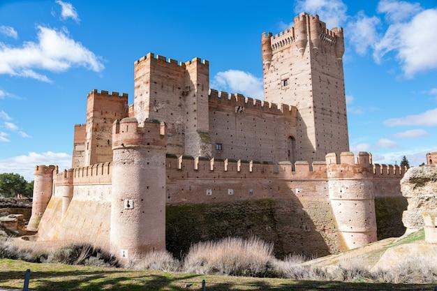 Zamek la mota w świetle słonecznym i błękitne niebo w ciągu dnia w medina del campo, hiszpania
