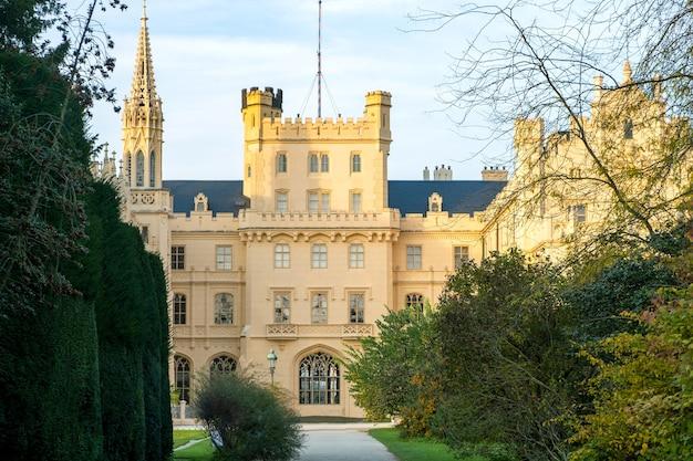 Zamek lednice zamek na morawach, republika czeska. światowego dziedzictwa unesco.