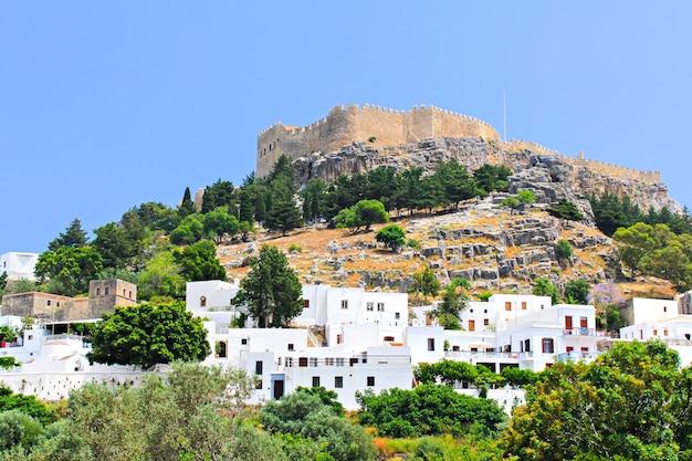 Zamek lindos z białymi domami pod wzgórzem