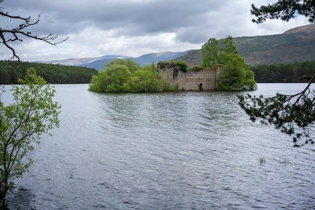 Zamek loch an eilein stary zamek wilka z badenoch na wyspie szkocja