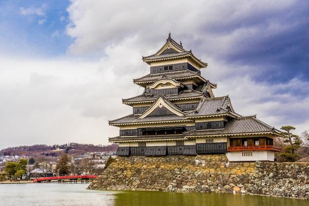Zamek matsumoto (matsumoto-jo) i czerwony most we wschodnim honsiu