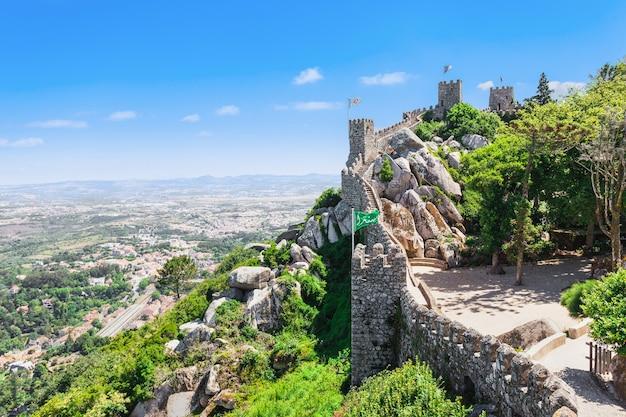 Zamek maurów to średniowieczny zamek na wzgórzu w sintrze w portugalii