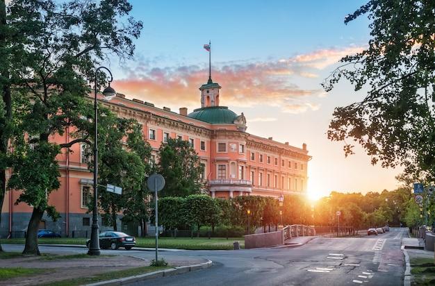 Zamek michajłowski w sankt petersburgu w pobliżu fontanki w promieniach zachodzącego słońca