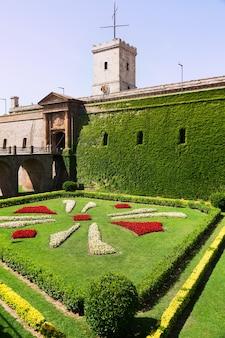 Zamek montjuic w lecie. barcelona