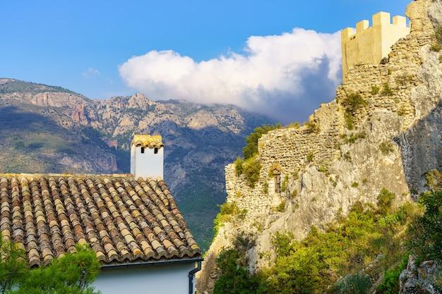 Zamek na szczycie niektórych skał w mieście w południowej hiszpanii. guadalest alicante.