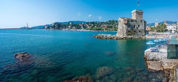 Zamek nad morzem, zbudowany w xvi wieku, w miejscowości rapallo na riwierze włoskiej