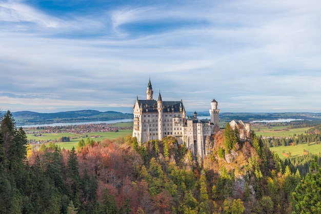 Zamek neuschwanstein jesienią, füssen, bawaria, niemcy