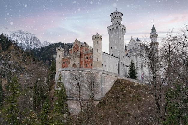 Zamek neuschwanstein (schloss neuschwanstein) w zimny dzień późną jesienią, pierwszy śnieg.