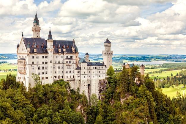 Zamek neuschwanstein w alpach bawarskich, niemcy