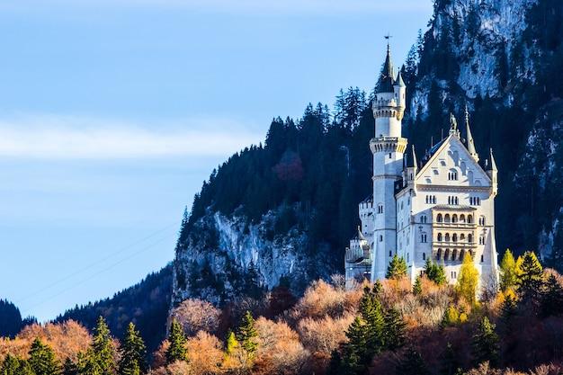 Zamek neuschwanstein z błękitnym niebem w niemczech.