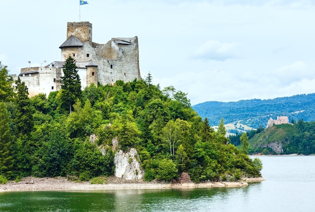 Zamek niedzica (lub zamek dunajec) lato pochmurny widok (polska)