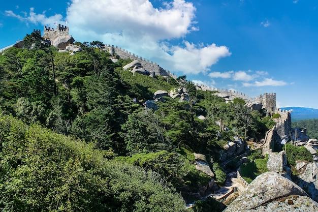 Zamek obronny w lizbonie w portugalii z murem wzdłuż góry.