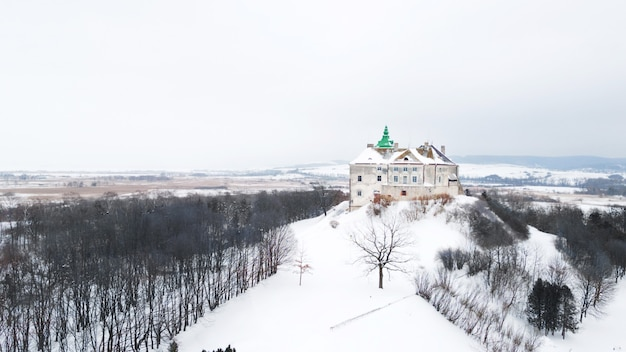 Zamek olesko na ukrainie. stara twierdza zimą. obwód lwowski.